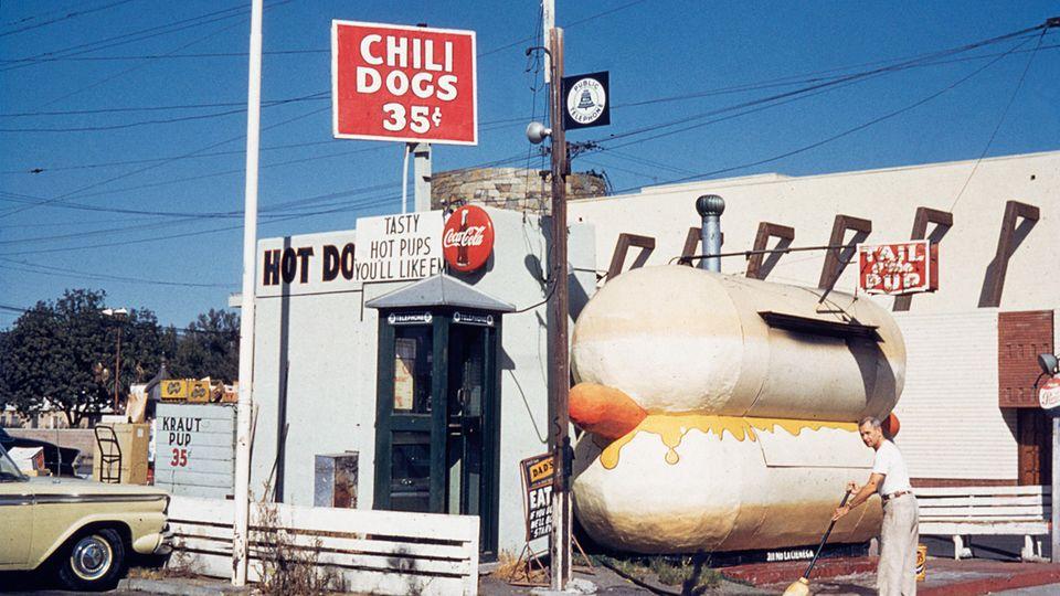 """Ein Klassiker der American-Pop-Architektur: Die Hot-Dog-Bude aus dem Jahre 1959, der Tail o' the Pup amLa Cienega Boulevard. Ein Motiv von vielen aus dem Buch """"California Crazy"""" von Jim Heimann."""