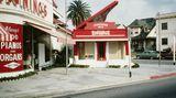 Das bereits 1910 eröffnete KlaviergeschäftBig Red Piano machte um 1930 mit einem speziellen Vorbau des Architekten Frank Gaw amVenice Boulevard auf sich aufmerksam.