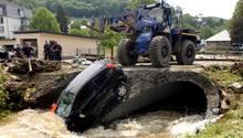 Ein Auto ist bei dem Unwetter in einen Bach gestürzt