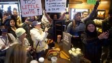 Demonstranten blockieren nach dem Vorfall eine Starbucks-Filiale in Philadelphia