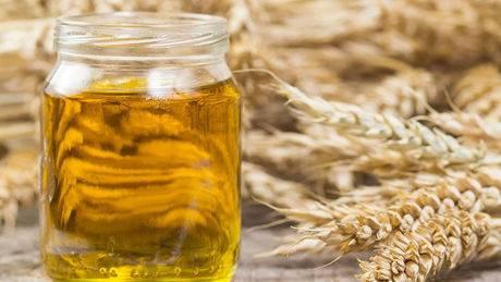 Weizenkeimöl: Glänzende Haare, weiche Haut? Dieses natürliche Produkt soll dabei helfen