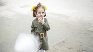 Viele ziehen Nachbildungen historischer Uniformen an. Auch Kinder sind keine Ausnahme. Dieses kleine Mädchen trägt die stilisierte Uniform einer Soldatin der Roten Armee.