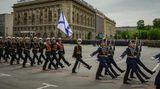 """Eine Parade zum 73. Jahrestages des Sieges gibt es natürlich auch. Auf dem """"Platz der Gefallenen Kämpfer"""" marschieren russische Soldaten auf. Zwar ist die Parade in Wolgograd nicht so groß wie die in Moskau, aber doch beeindruckend."""