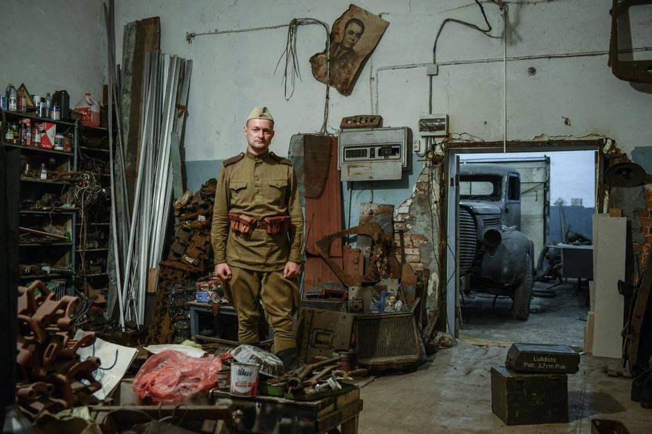 Russland: Die Werkstatt des Clubs ist voll mit alten Kanistern, Panzerketten, Kühlerhauben, Schrauben.