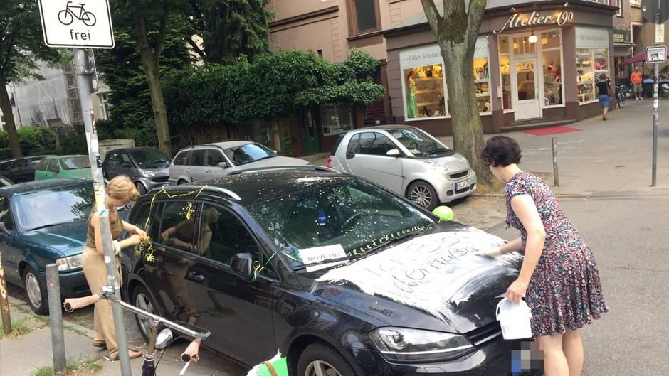 Unterwegs mit Fahrrad-Guerillas: Das passiert, wenn man Falschparker radikal entlarvt