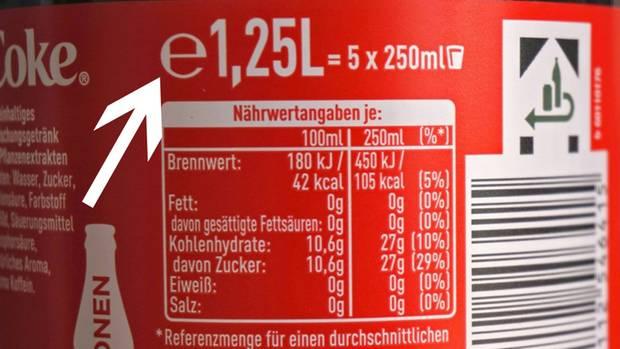 """Die Rückseite einer Cola-Dose mit einem Pfeil auf das """"e"""""""