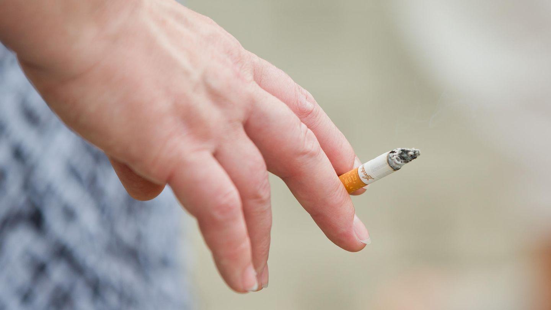 Frau raucht Zigaretten