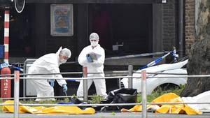 Belgien, Lüttich: Polizisten untersuchen den Tatort, an dem zuvor Schüsse gefallen sind. Ein mutmaßlicher Terrorist hat nach offiziellen Angaben im belgischen Lüttich zwei Polizisten und einen Mann in einem Auto erschossen, bevor er selbst von Sicherheitskräften getötet wurde.