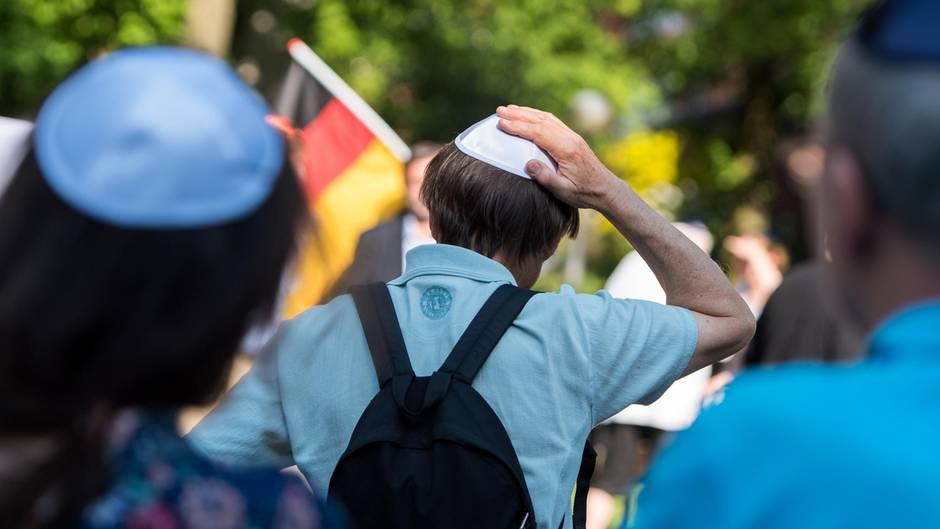 """Teilnehmer des """"Kippa Tag Hamburg"""" demonstrieren Mitte Mai in der Hansestadt"""