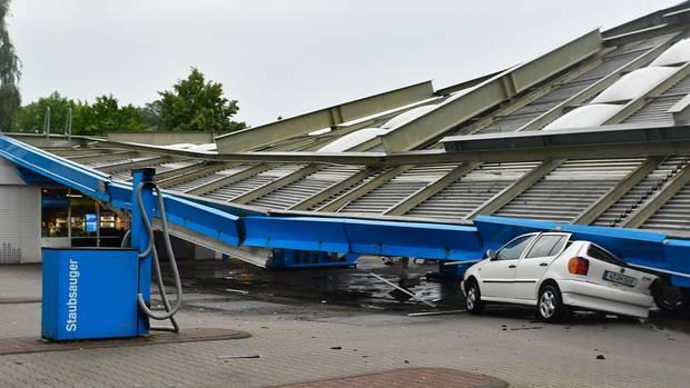 Ein beim Unwetter in Wuppertal zusammengekrachtes Tankstellendach