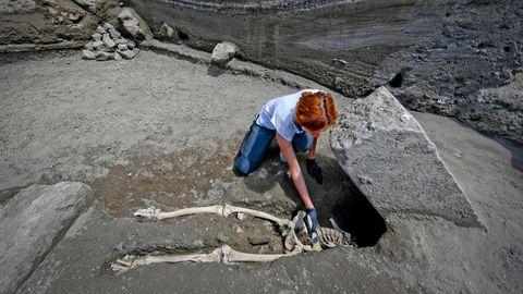 Archäologin Valeria Amoretti legt das Skelett eines Mannes in Pompeji frei.