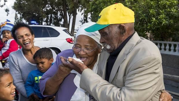 Fredie Blom (114, rechts) teilt sich mit seiner Frau Jeamette Blom (85) ein Stück Geburtstagskuchen