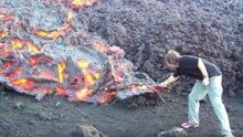 Ein Mann röstet einen Marshmallow über Vulkanlava