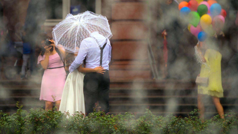 Ein Hochzeitspaar am Tag der Vermählung (Symbolbild)