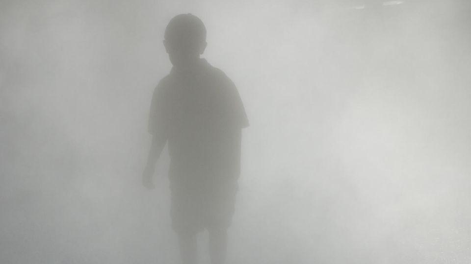 Kleiner Junge im Nebel