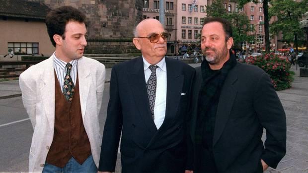 Familienbande: 1995 treffen sich Vater Helmut und Bruder Alexander (l.) mit Billy Joel (r.), der in Nürnberg ein Konzert gibt