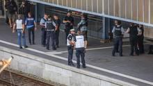 Polizisten sichern den Bahnhof in Flensburg