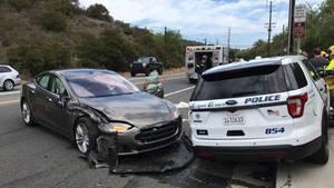 Der Tesla krachte mit eingeschaltetem Autopiloten in einen Streifenwagen der Polizei