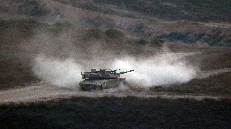 Israelischer Panzer patrouilliert an der Grenze zum Gazastreifen