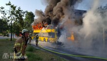 Feuerwehr löscht in Flammen stehenden BVG-Bus in Berlin