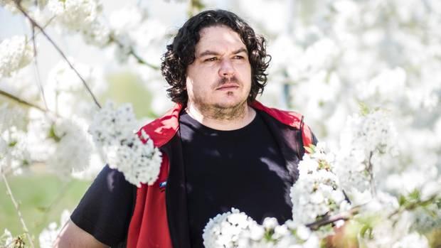 Obstbauer Joachim Arnegger zahlt dafür, dass Mauerbienen seine Kirschbäume bestäuben