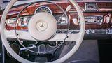 das hölzerne Cockpit des Mercedes 300 d Cabriolet