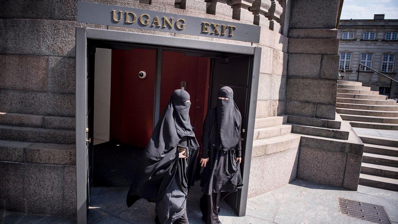 Nikap-tragende Frauen verlassen Dänemarks Parlament in Kopenhagen
