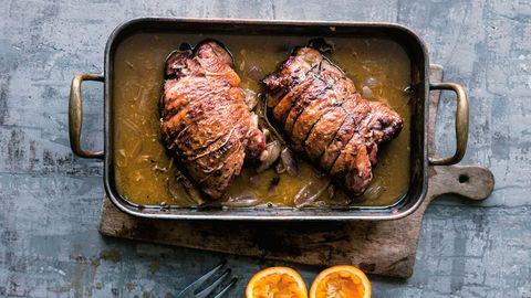 Nach dem Anbraten wird das Keulenfleisch im Ofen in Orangensaft und Wein gegart und bleibt dabei zart und saftig