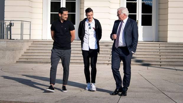 Auf Präsidenten Tour: Vergangenen Samstag besuchte Gündoğan zusammen mit Mesut Özil (M.) das deutsche Staatsoberhaupt Frank Walter Steinmeier