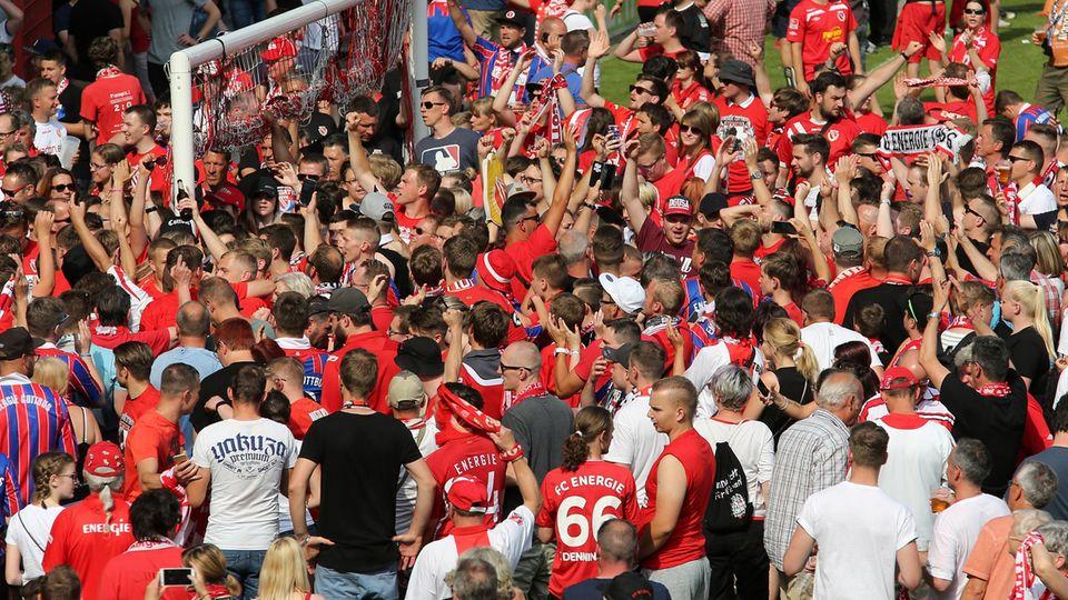 Fans von Energie Cottbus feiern nach dem Aufstieg