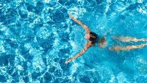 Eine Frau schwimmt in einem Pool