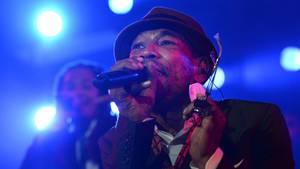Demba Nabé singt ins Mikrofon