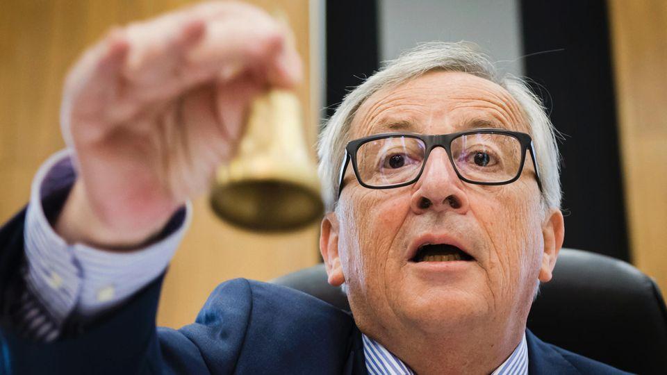EU-Kommissionschef Jean-Claude Juncker läutet eine Glocke - Er belehrt die Italiener und handelt sich Ärger ein