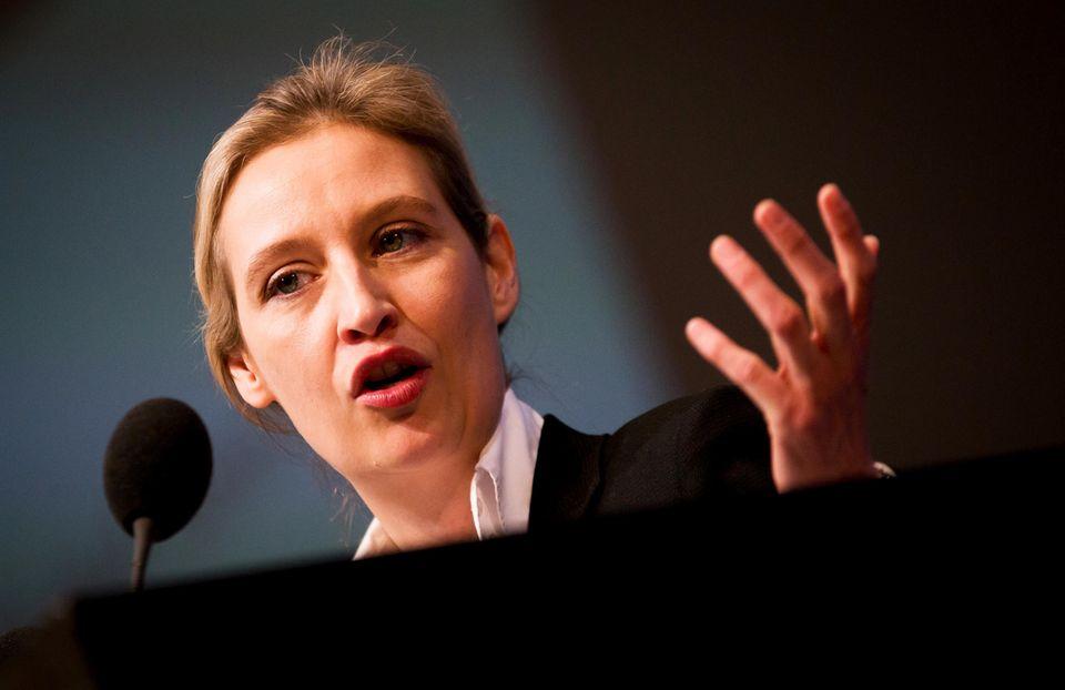 Alice Weidel, Fraktionsvorsitzende der AfD im Bundestag, gestikuliert beim Sprechen