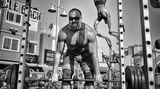 Der Fotograf Dotan Saguy hat drei Jahre lang das Leben am Venice Beach in Los Angeles dokumentiert. In dem vorliegenden Bildband stellt er einige der Menschen vor, die er in dieser Zeit kennengelernt hat. Da ist zum Beispiel der bekannte österreichische Athlet Ike Catcher, derim Hintergrund seinen Astralkörper in die Lüfte stemmt, während vorne ein Gewichtheber schwere Eisen stemmt. Diese Aufnahme stammt vom weltberühmten Muscle Beach: Es ist der Ort, an dem in den 1930er Jahren der Fitness-Boom entstand, der Menschen aus aller Welt anzog und eine einzigartige Mischung aus Bodybuildung und Akrobatik schuf.