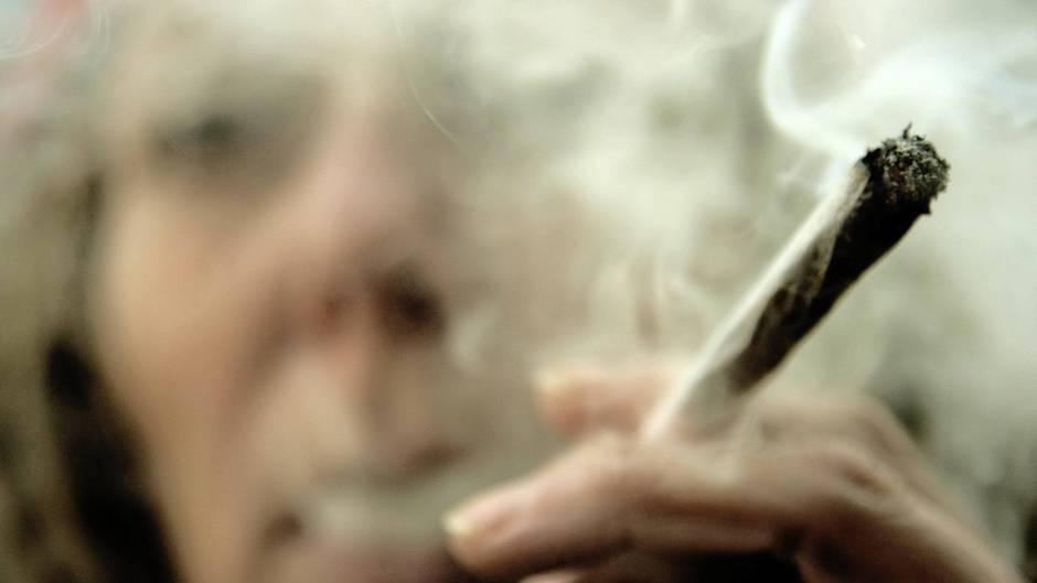Eine Frau raucht einen Joint