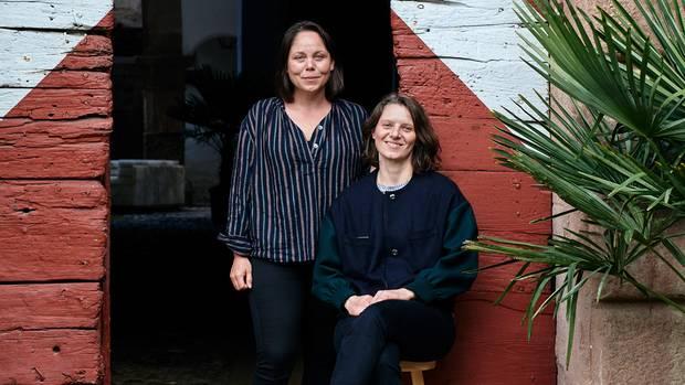 Kunst-Damen: die Schwestern Kathrin und Sarah Oberrauch vor dem Schloss Gandegg