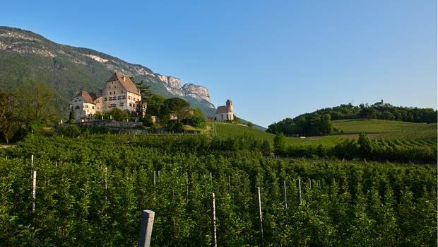 Bei Eppan weitet sich Südtirol: Die Berge rücken voneinander ab; auf den sanften Hügeln steht Schloss Englar.