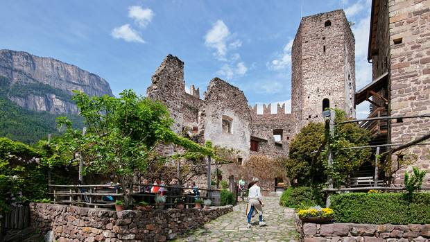 Felsenburg vor Felswand: Burg Hocheppan
