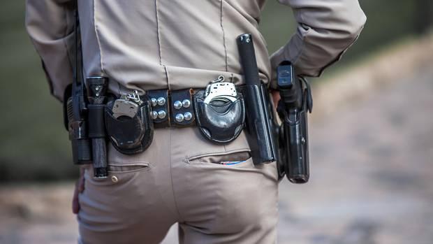 Ein Sheriff mit einer Pistole am Gürtel