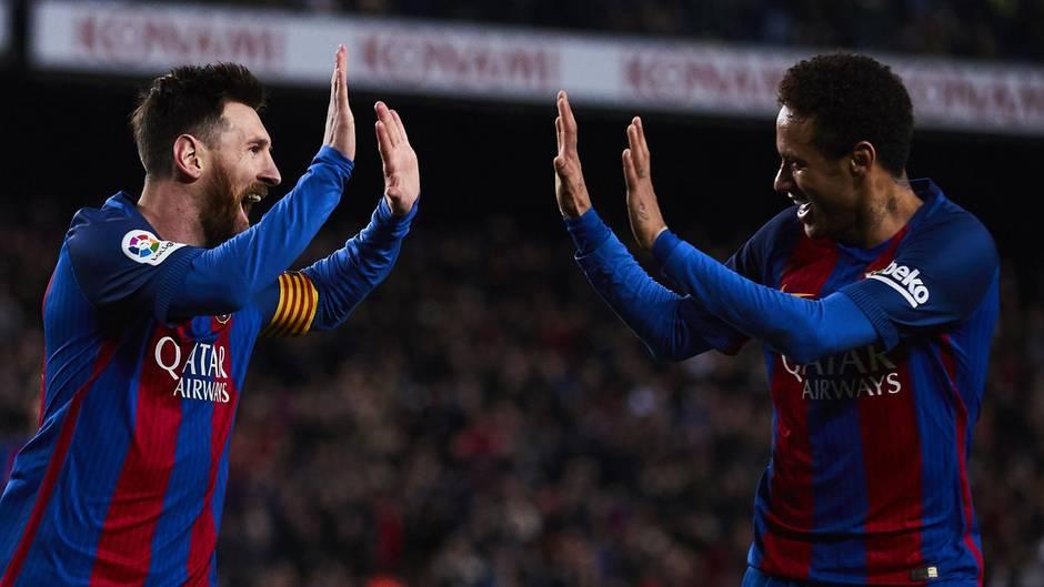 Die Fußballstars Lionel Messi und Neymar da Silva Jr. sind Teil einer Spendenaktion von Mastercard, die im Netz für viel Kritik sorgt (Archivbild)