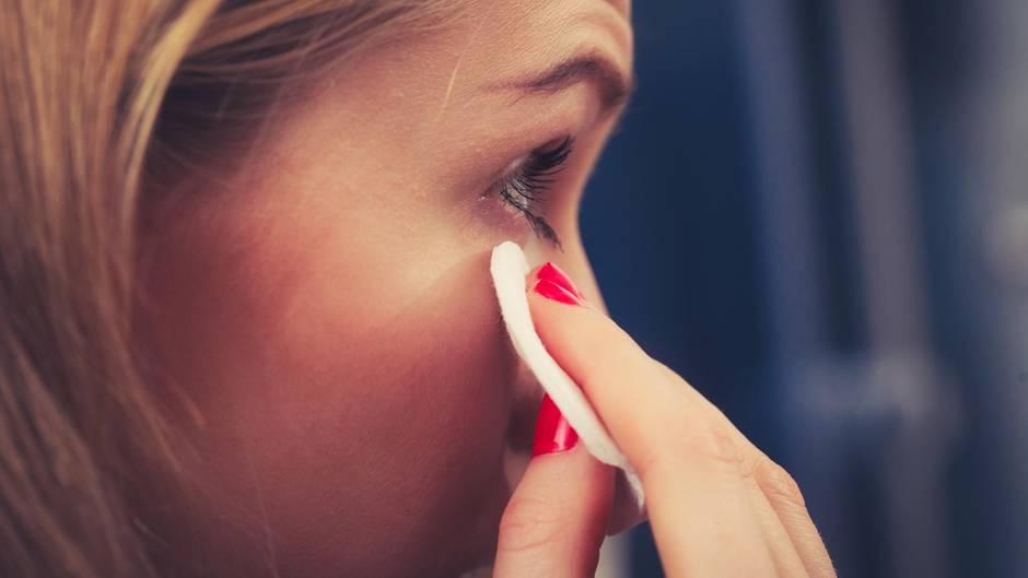 Eine 50-jährige Australierin bekam Probleme mit den Augen, weil sie sich jahrelang nicht richtig abgeschminkt hatte