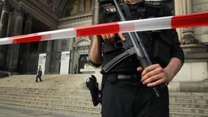 Ein Polizist vor dem Berliner Dom