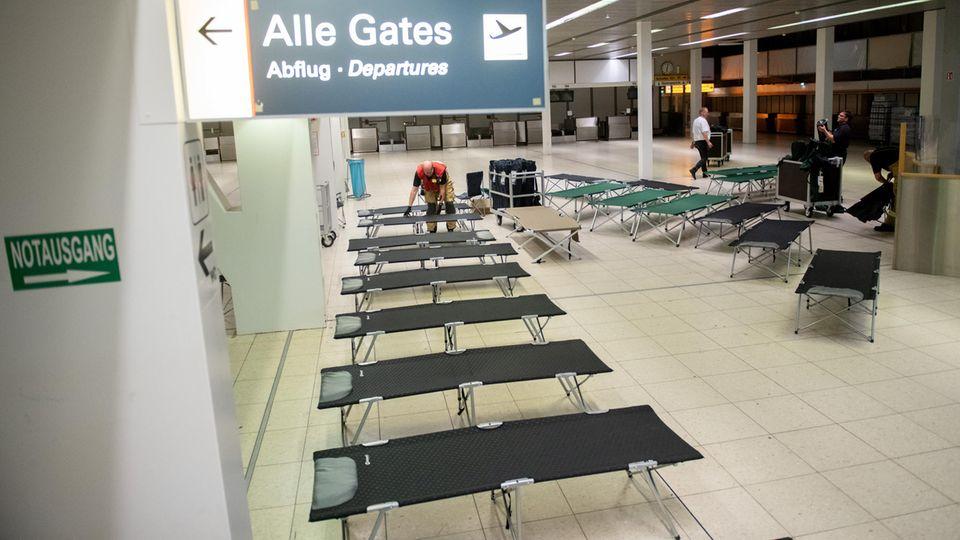 Feldbetten im Hamburger Flughafen