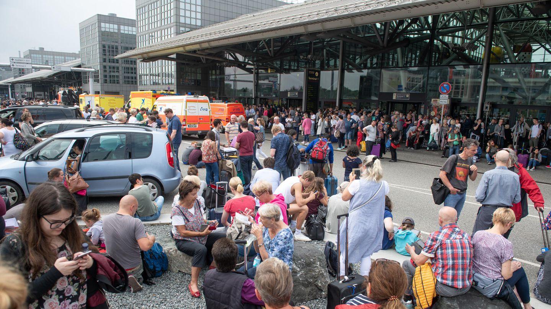 Szene vom Sonntag vor dem Flughafengebäude: Statt im Flugzeug zum Start zu rollen, müssen Passagiere den Stromausfall am Hamburger Flughafen aussitzen.