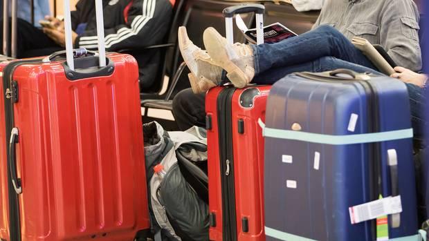 Sitzen auf gepackten Koffern und sind nicht abgeflogen: 30.000 Passagiere waren von den Flugausfällen am Hamburger Flughafen betroffen.
