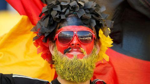 Ein Fußball-Fan in Deutschland-Farben zur WM
