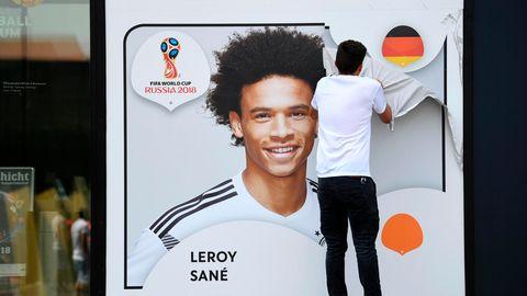 Leroy Sané nicht für die WM 2018 in Russland nominiert - DFB-Mitarbeiter reißt Plakat ab