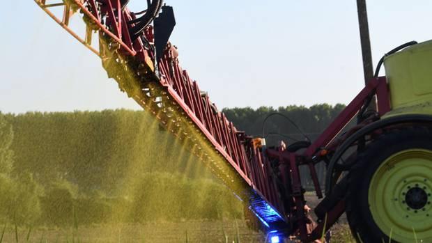 Ein französischer Bauer versprüht Glyphosat auf seinen Feldern