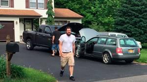 Michael Rotondo läuft über die Auffahrt vor seinem Elternhaus